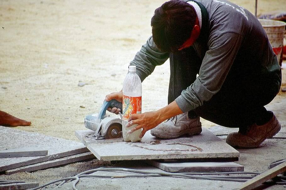 How does a Tile Saw work